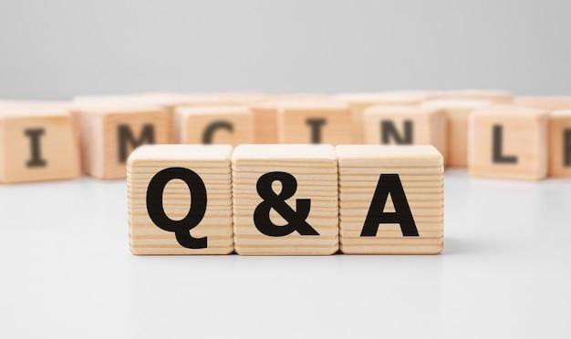 Słowo q and a wykonane z drewnianych klocków
