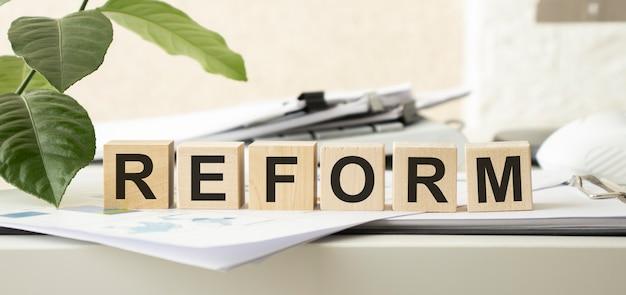 Słowo reform na drewnianych kostkach