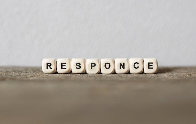 Słowo response wykonane z drewnianych klocków