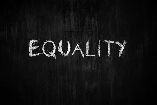 Słowo równość na tablicy