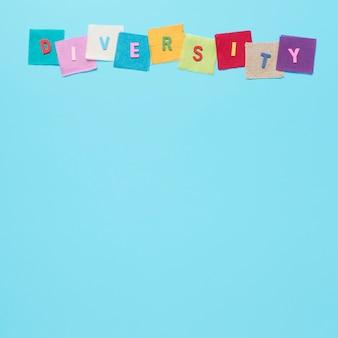 Słowo różnorodność wykonane z kolorowych kart z miejsca na kopię