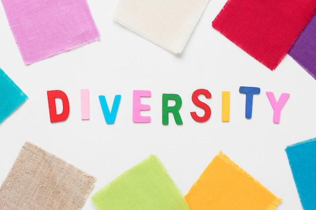 Słowo różnorodność z kolorowymi kawałkami materiału