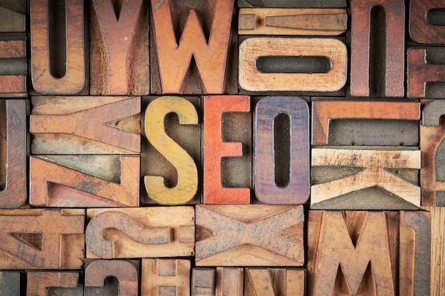 Słowo seo w blokach do druku typograficznego