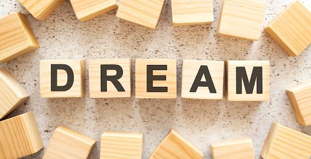 Słowo składa się z drewnianych kostek z literami w widoku z góry
