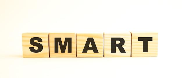 Słowo smart. drewniane kostki z literami na białym tle. obraz koncepcyjny.