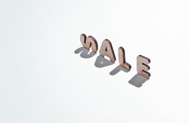 Słowo sprzedaż z liter na białej powierzchni