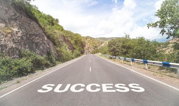 Słowo sukces napisane na drodze.