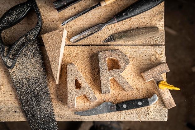 Słowo sztuki widok z góry wykonane z drewna