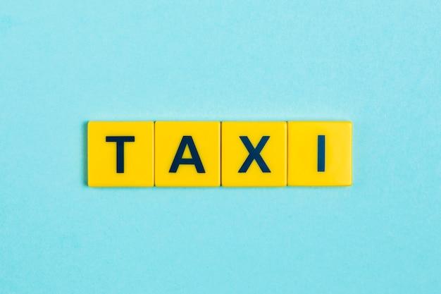 Słowo taksówki na płytkach scrabble