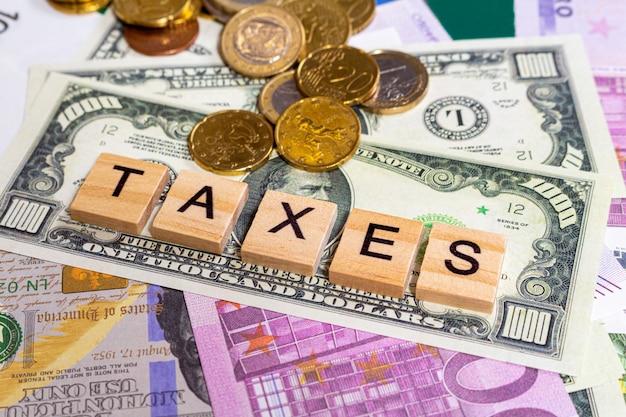 Słowo tekst podatki na tle banknotów pieniędzy