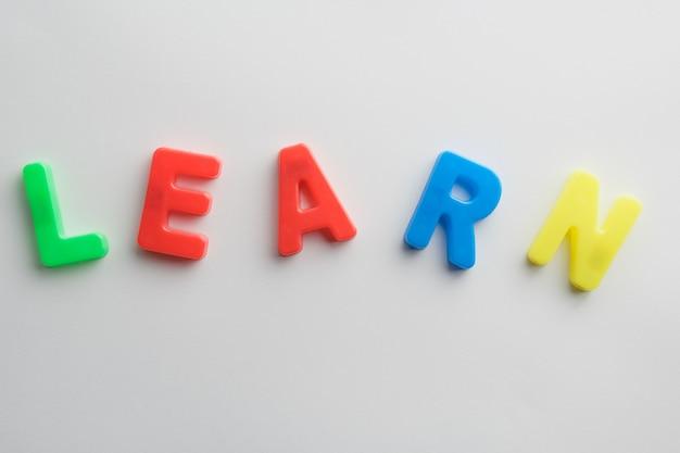 """Słowo """"uczyć się"""", kolorowe litery pomagają dzieciom w nauce"""