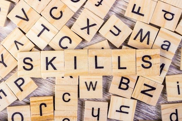 """Słowo """"umiejętności"""" zapisane w drewnianej kostce"""