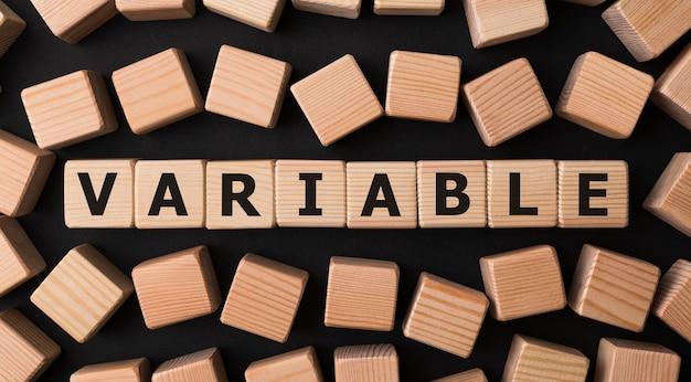 Słowo variable wykonane z drewnianych klocków