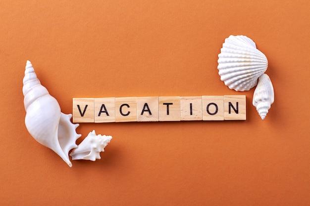 Słowo wakacje z drewnianych kostek.