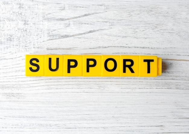 Słowo wsparcie na drewnianym stole