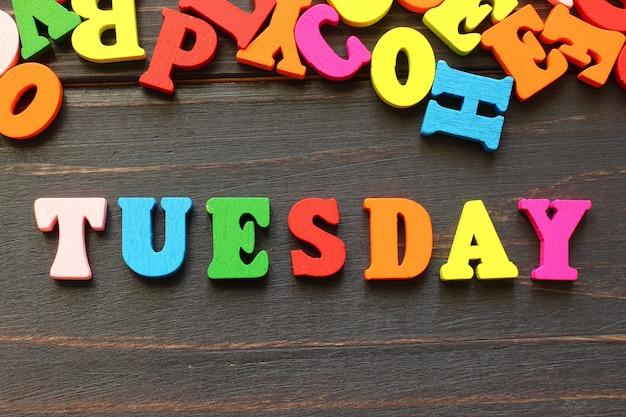 Słowo wtorek z kolorowymi literami