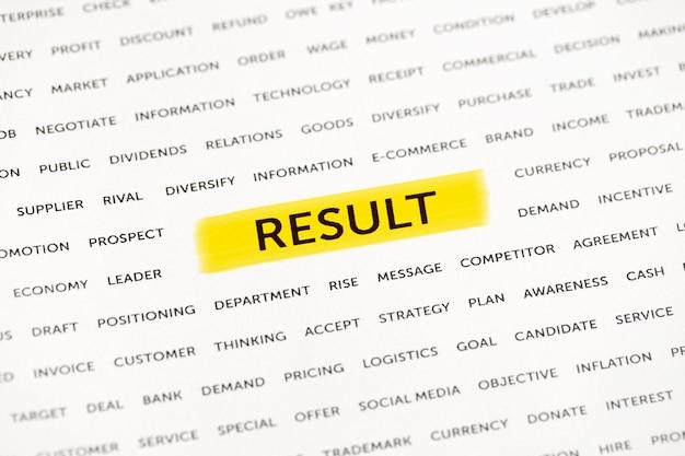 """Słowo """"wynik"""" jest wyróżnione markerem na papierze. koncepcja biznesowa, strategia, planowanie, sukces"""