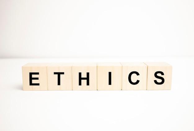 Słowo z kostką na białym tle - etyka