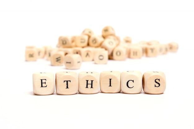 Słowo z kostką na białym tle etyki