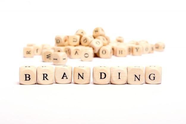 Słowo z kostkami na białym tle - branding