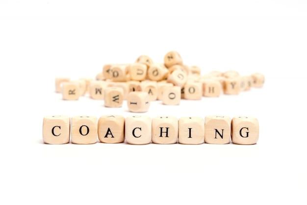 Słowo z kostkami na białym tle - coaching