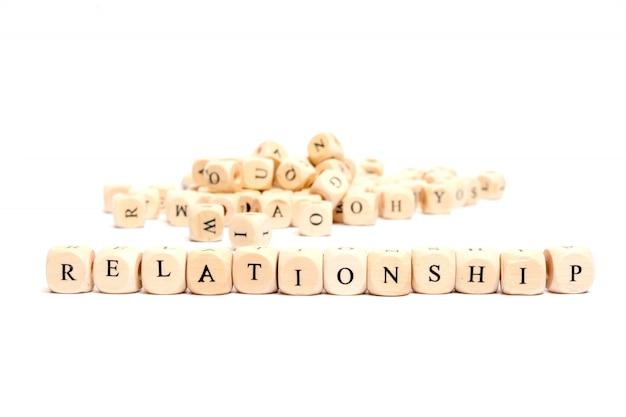 Słowo z kostkami na białym tle relacji