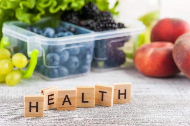 Słowo zdrowie i jagody w pudełku na lunch