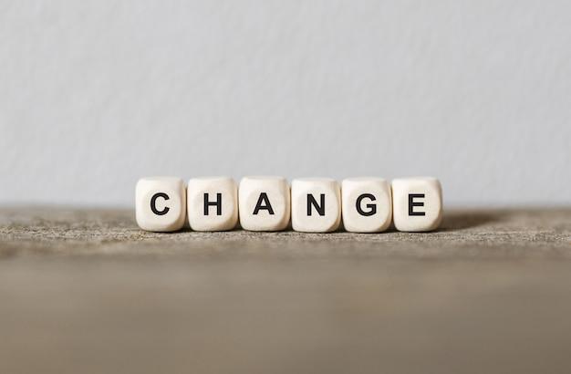 Słowo zmiana wykonane z drewnianych klocków