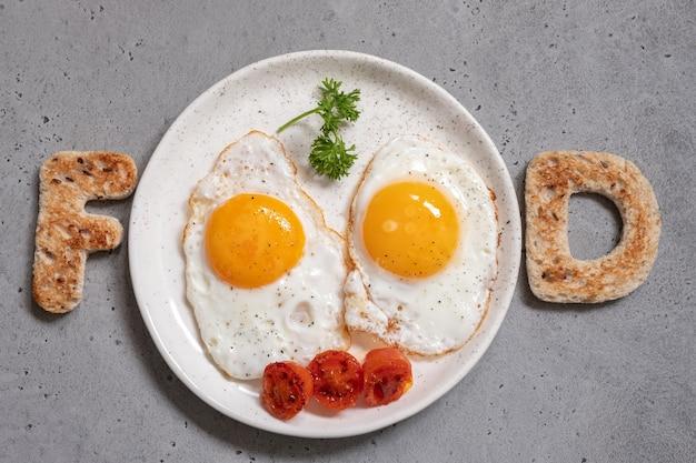 Słowo żywności napisane z tostami litery jajka sadzone