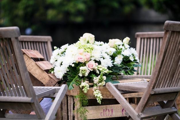 Ślub kwiat bukiet na stole w recepcji