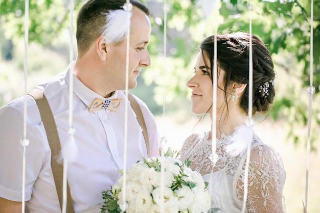 Ślub młodej pary piękny w stylu vintage. nowożeńcy na spacerze po parku