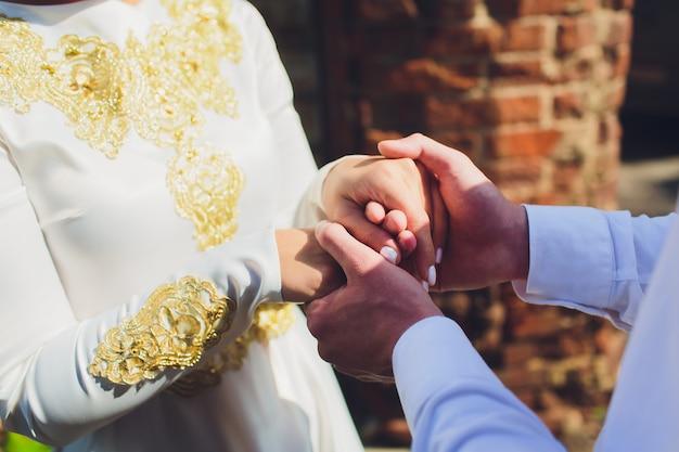 Ślub narodowy panna młoda i pan młody ślub para muzułmańskich podczas ceremonii małżeństwa. małżeństwo muzułmańskie.