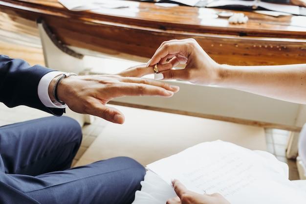 Ślub. oblubienica stawia pierścień na palec pana młodego