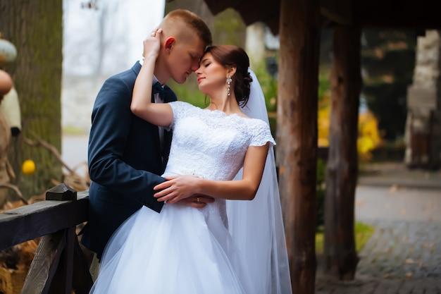 Ślub pary młodej całuje kochającą się parę z róż bukietem kwiatów w zimowy dzień ślubu ciesz się chwilą szczęścia i dobrej zabawy. figlarny nowożeńcy rodzina zakochana kobieta i mężczyzna. wspaniała panna młoda