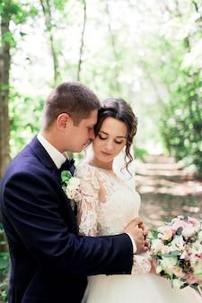 Ślub pary młodej, która całuje