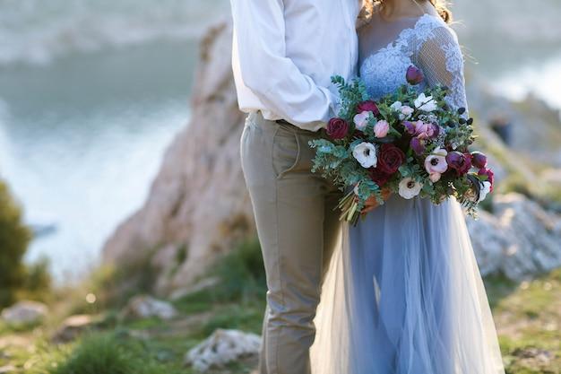 Ślub pary młodej pary młodej na szczycie góry