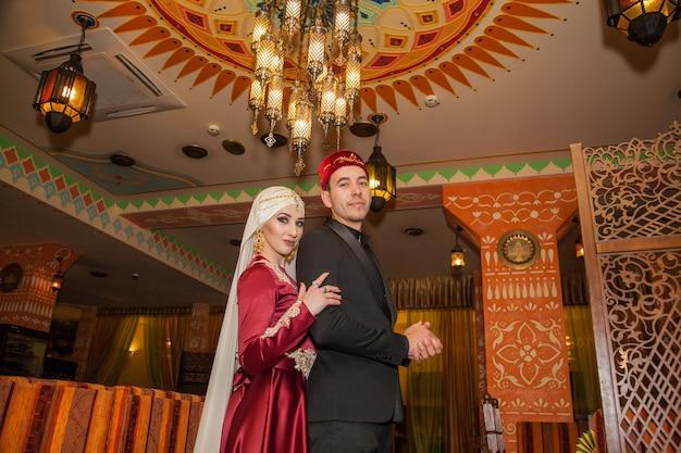 Ślub pary muzułmańskiej w orientalnej restauracji