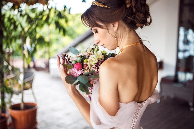 Ślub. piękna panna młoda z bukietem.