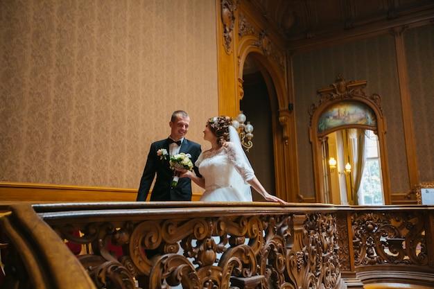 Ślub piękna para wieczorem w zamku