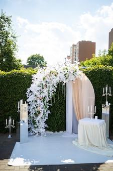 Ślub piękny łuk na ceremonię zaślubin nowożeńców