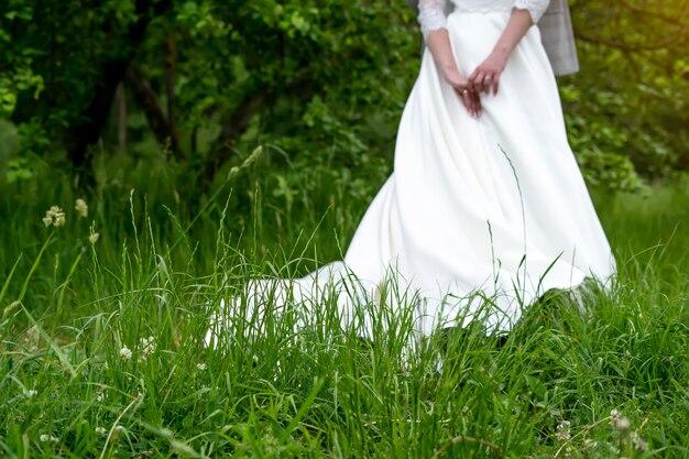 Ślub tło, panna młoda w białej sukni na zielonym tle.