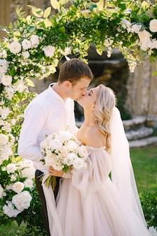 Ślub w starej willi winnicy w toskanii we włoszech