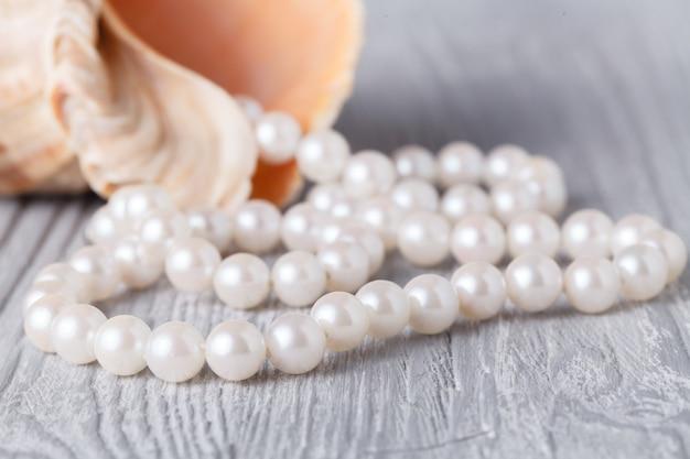 Ślub z perłami i muszlą morską.