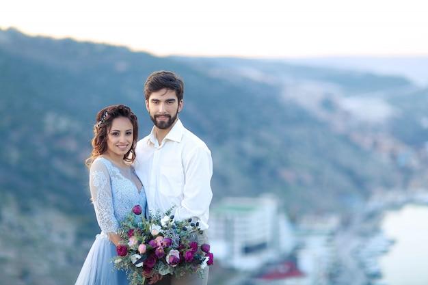 Ślub zakochanych w górach w pobliżu morza