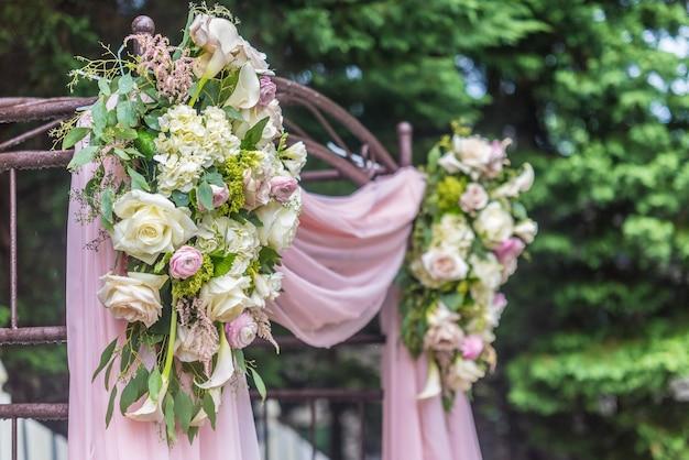 Ślubna dekoracja kwiatowa w parku