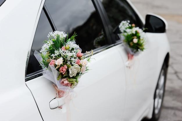 Ślubna dekoracja na ślubnym samochodzie