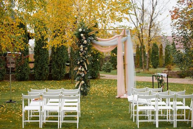 Ślubna dekoracja ślubu jesienią.