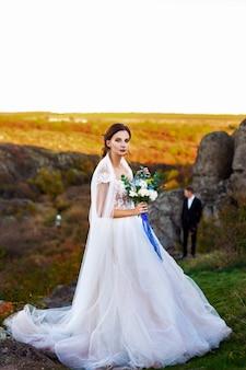 Ślubna fotografia para w górach