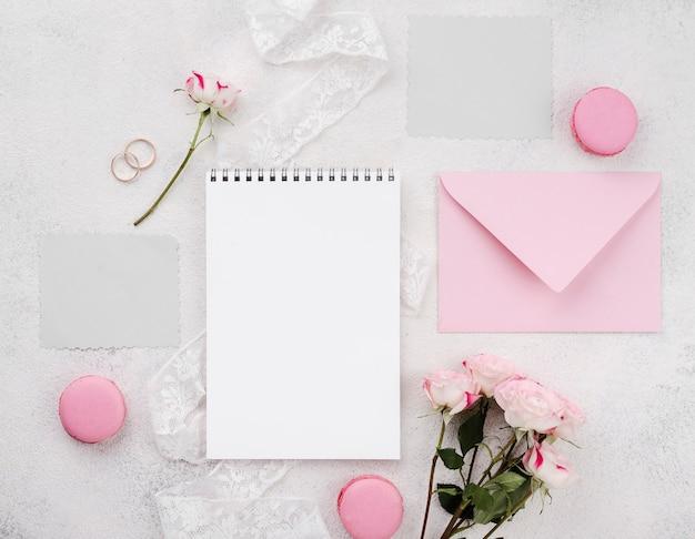 Ślubna koperta z ramą i kwiatami