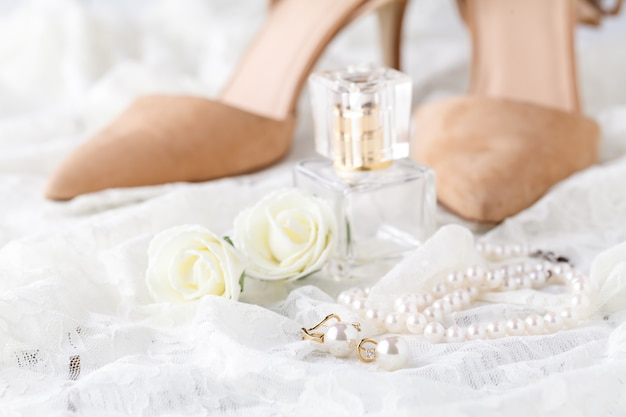 Ślubna koronkowa podwiązka i perfumy czeka panna młoda. selektywne ustawianie ostrości.